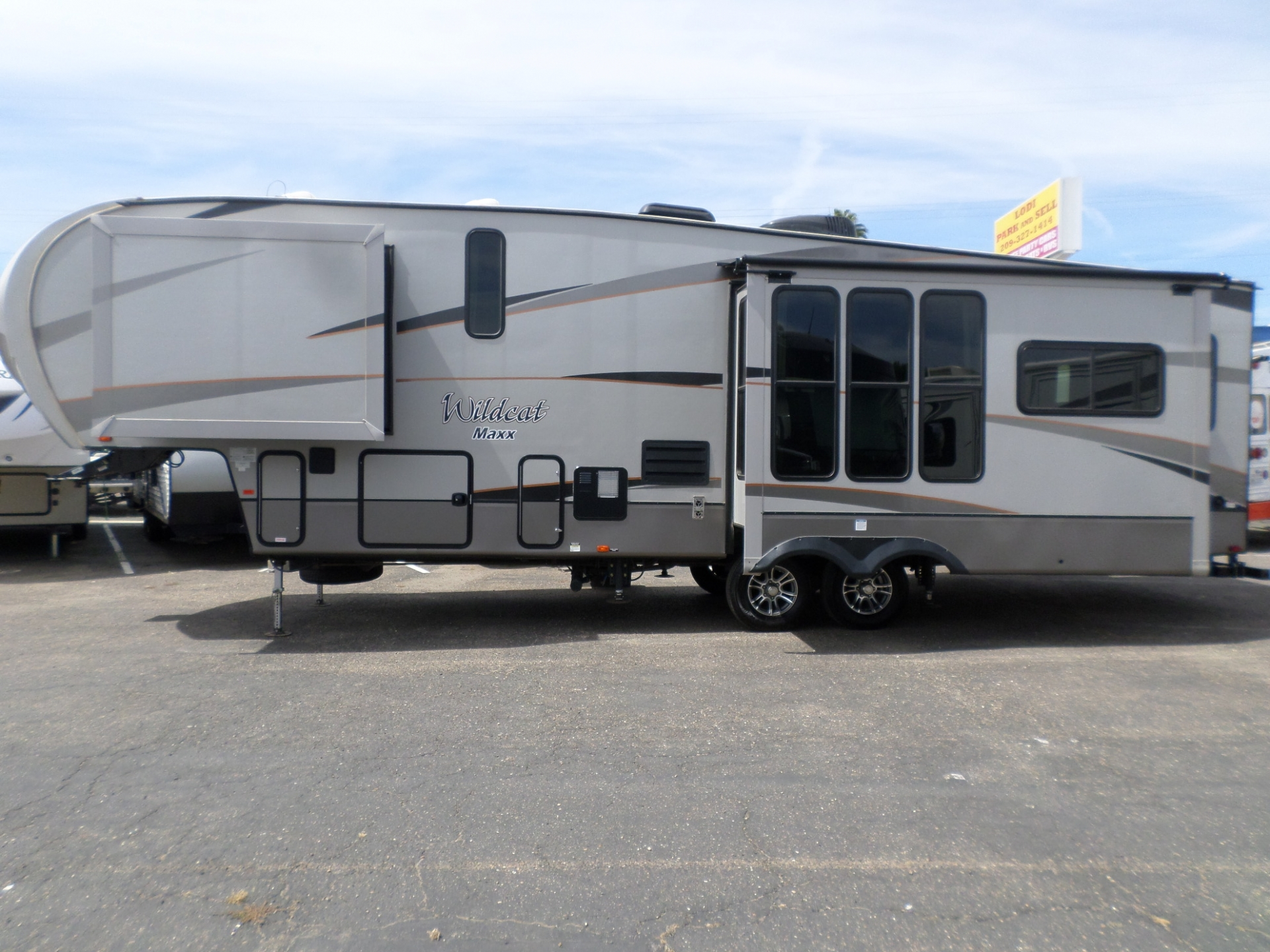 Forest River Wildcat Maxx F317RL Fifth Wheel 2016