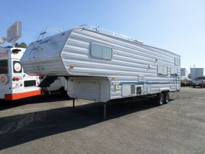 2004 Weekend Warrior LE3305 5th Wheel Toy Hauler Photo 2