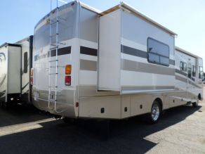 2006 Fleetwood Bounder Class A Motorhome Photo 2